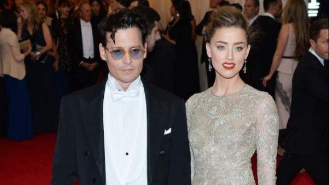 El actor estadounidense Johnny Depp y su prometida, la también actriz, Amber Heard, a su llegada a la gala.