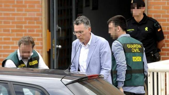 La Guardia Civil conduce a uno de los detenidos al coche policial en la operación contra el fraude en cursos de formación de UGT.