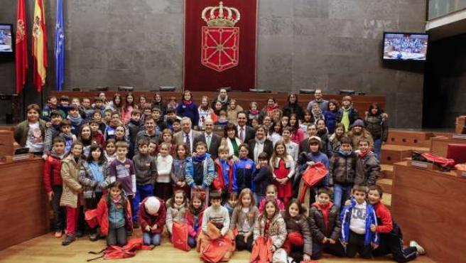 Escolares en el Parlamento tras la sesión plenaria de Aldeas Infantiles.
