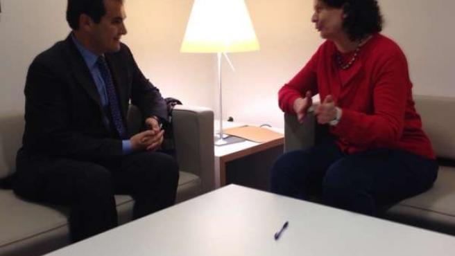 Nieto con la directora del Instituto Cervantes de Hamburgo, Helena Cortés