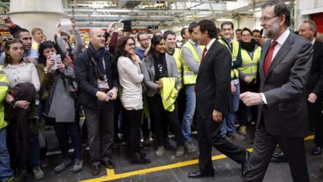 El presidente del Gobierno español Mariano Rajoy (dch), y el presidente mundial de Ford, Mark Fields, durante la visita que han realizado hoy a la fábrica de Ford en Almussafes, en la Comunidad Valenciana