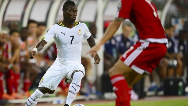 El jugador de Ghana Christian Atsu (i) disputa el balón con Reuban Belima (d) de Guinea Ecuatorial durante las semifinales de la Copa África 2015.
