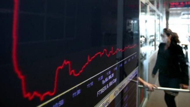 Pantalla electrónica con un gráfico de la fluctuación de la Bolsa, en Atenas (Grecia).