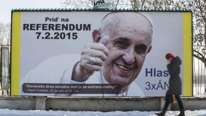 Un cartel del referéndum de Eslovaquia sobre la prohibición del matrimonio homosexual, con la imagen del papa Francisco bajo su consentimiento.