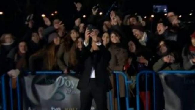El 'selfie' de Antonio Banderas con el público que esperaba en la calle a los artistas.