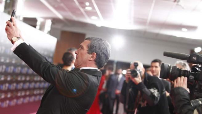 Antonio Banderas, Goya de Honor de esta edición, haciéndose un selfie con los medios de comunicación.