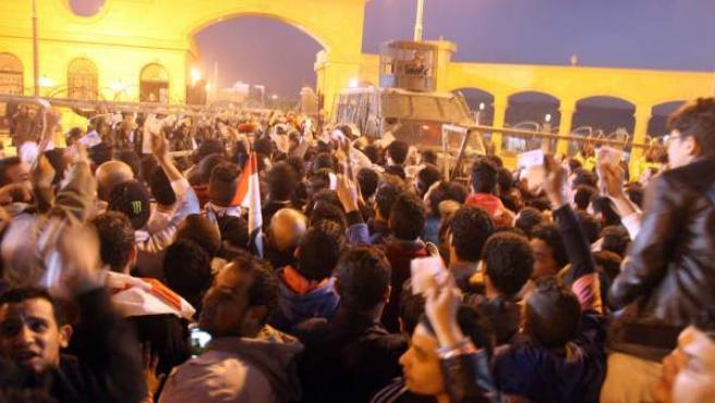 La policía egipcia impide a fans del Zamalek la entrada al estadio.