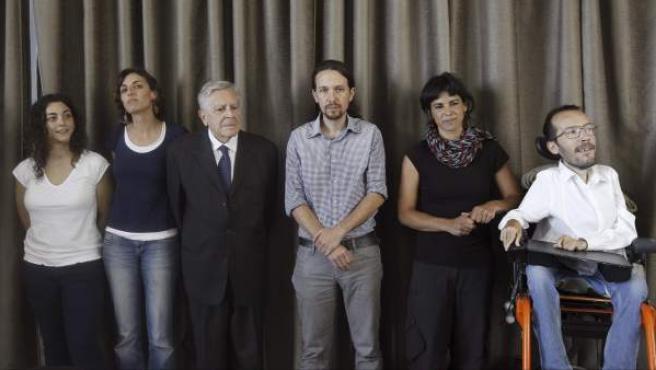 El líder de Podemos, Pablo Iglesias (3d), junto a los otros cuatro eurodiputados de la formación, durante la primera rueda de prensa ofrecida tras las europeas.