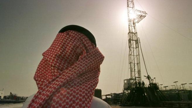 Un directivo de la petrolera saudí Aramco en un campo de producción petrolífera cerca de Howta (Arabia Saudí)