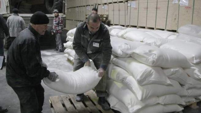 Varias personas descargan ayuda humanitaria proveniente de Rusia en la ciudad ucraniana de Donetsk, bastión prorruso.