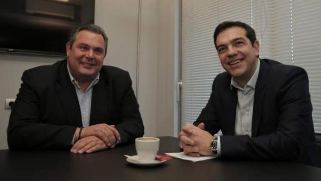 El líder de Syriza, Alexis Tsipras (dcha), durante su encuentro con el presidente del partido de derecha nacionalista Griegos Independientes (ANEL), Panos Kamenos (izq).