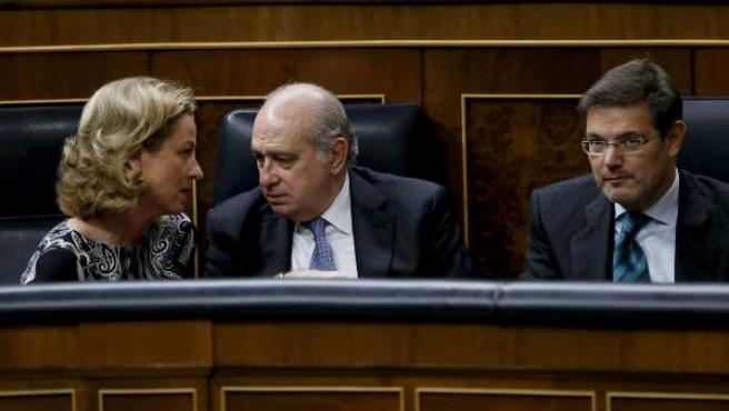 El ministro de Interior, Jorge Fernández (c), conversa con la diputada de Coalición Canaria, Ana Oramas (i), junto al ministro de Justicia, Rafael Catalá (d).