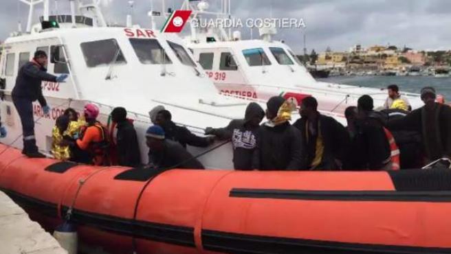 Fotografía facilitada por la Guardia Costera italiana que muestra a un grupo de inmigrantes llegando al puerto de Lampedusa, el 9 de febrero de 2015.