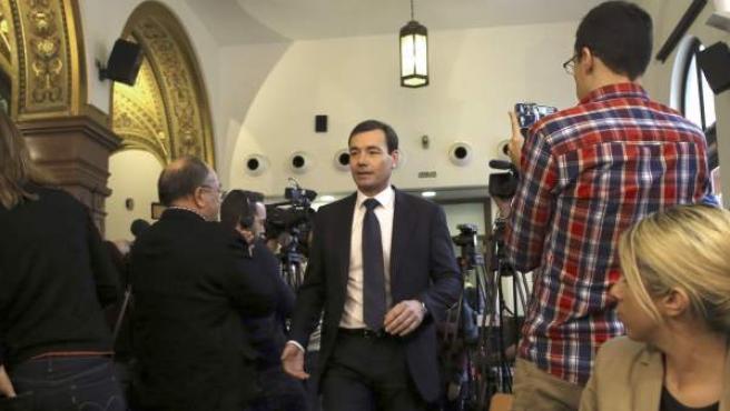 El hasta este miércoles secretario general del PSM y candidato autonómico en los comicios de mayo en Madrid, Tomás Gómez (c), a su llegada a la sala donde ofreció una rueda de prensa.