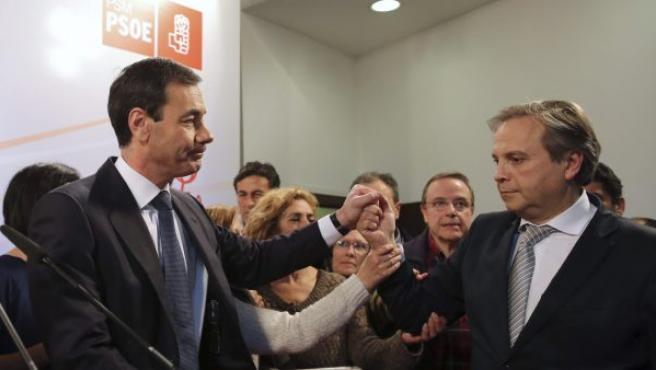 Tomás Gómez (izda.), secretario general del PSOE en Madrid, saluda al candidato al Ayuntamiento, Antonio Miguel Carmona, durante la rueda de prensa convocada tras la imposición de una gestora en el partido por parte de la dirección federal.