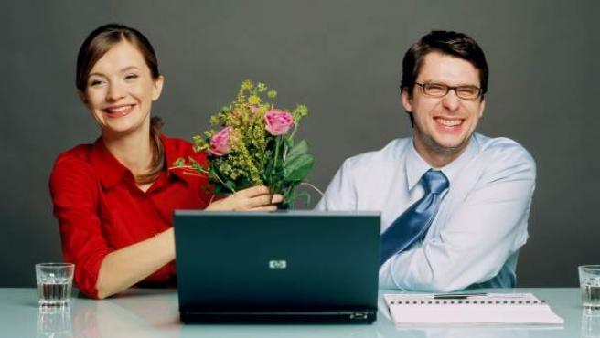 Una pareja que se ha conocido gracias a Internet.
