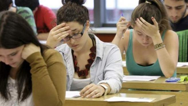 Varios jóvenes realizando una prueba en un centro de enseñancha.