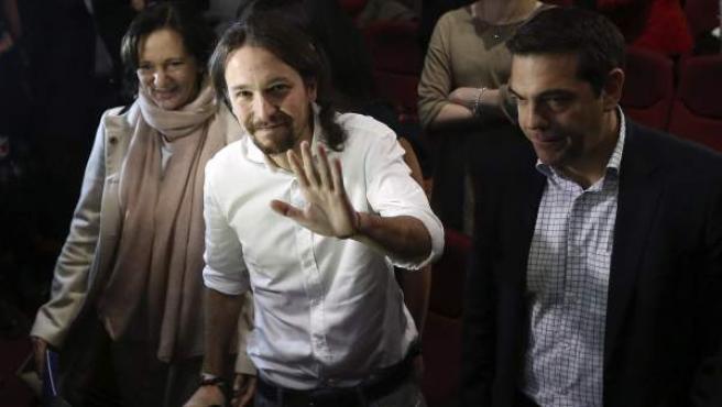 El líder de Podemos, Pablo Iglesias (c), junto al dirigente del partido izquierdista griego Syriza, Alexis Tsipras (d), a su llegada al congreso que ha clausurado la Asamblea Ciudadana de Podemos.