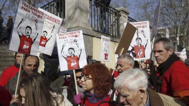 Los afectados por la hepatitis C frente al Tribunal Supremo antes de presentar una querella contra el ministro de Sanidad, Alfonso Alonso, y su antecesora, Ana Mato.