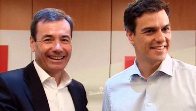 El secretario general electo del PSOE, Pedro Sánchez (derecha), con Tomás Gómez.