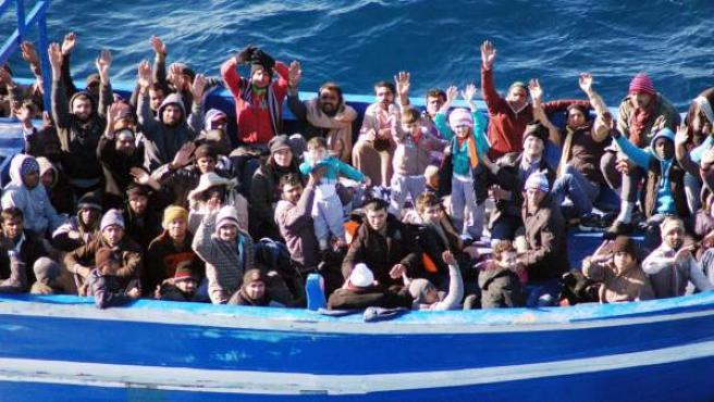 Un barco con unos 200 inmigrantes cerca de la costa de Lampedusa.