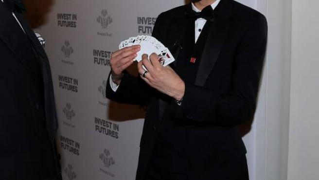 Un mago muestra las cartas antes de realizar un número.