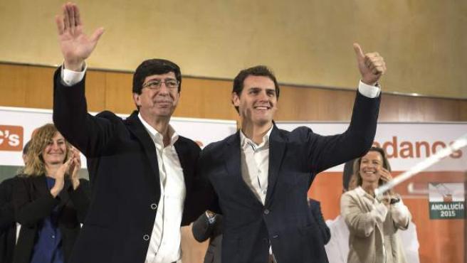 El presidente de Ciudadanos, Albert Rivera (d) presenta junto al candidato de Ciudadanos a la presidencia de la Junta de Andalucia, Juan Marín (i) a los aspirantes provinciales del partido al parlamento andaluz.