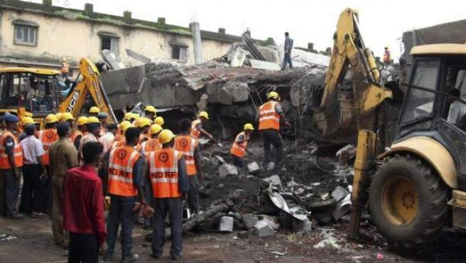 Imagen de los restos del derrumbe de un edificio en una localidad de la India.