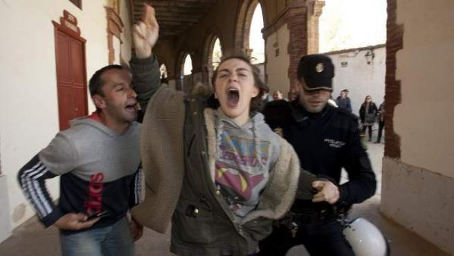Una manifestante antitaurina es increpada por un aficionado a los toros en el coso de Castellón.