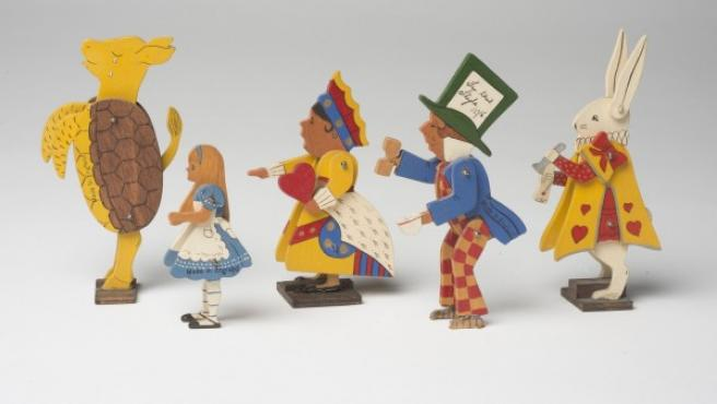 Pequeñas figuras de madera tallada y pintada con personajes de 'Alicia en el País de las Maravillas'. Hechos en Inglaterra, no consta fecha