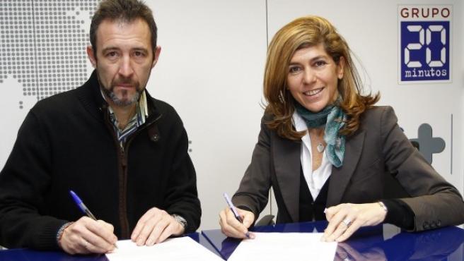Ramón Rodríguez, gerente de la Agrupación Deportiva Marathon y Hortensia Fuentes, directora general comercial del Grupo 20minutos, firman el acuerdo de colaboración con el Medio Maratón de Madrid.