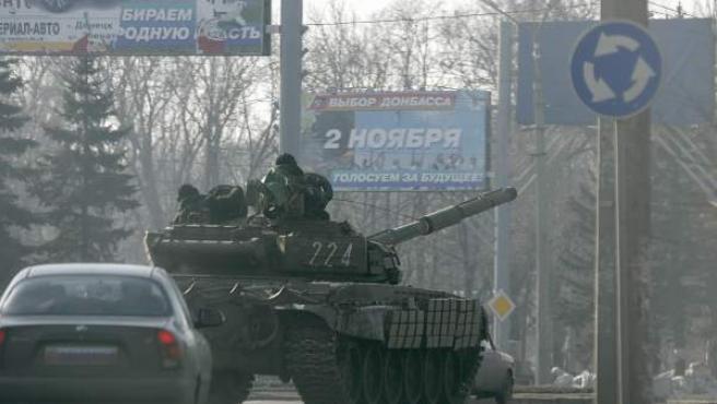 Tanque prorruso en las calles de Donestk, Ucrania.