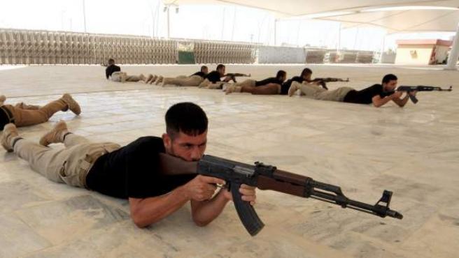 Un grupo de hombres chiítas, que se vieron obligados a huir del avance de Estado Islámico en su ciudad natal de Tal Afar, reciben entrenamiento militar en Karbala, al sur de Irak.