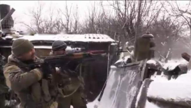 Un par de soldados, en pleno combate en Ucrania.