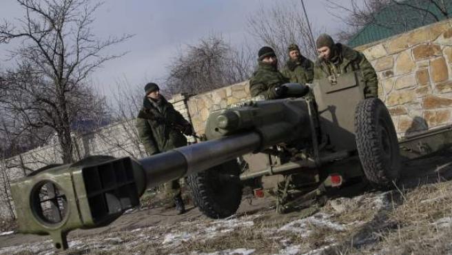 Soldados separatistas pro-rusos toman posiciones en la ciudad de Uglegorsk, en el área de Donetsk (Ucrania).