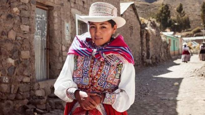 La fotógrafa Mihaela Noroc retrata a una mujer en el Valle del Colca de Perú con un traje multicolor.