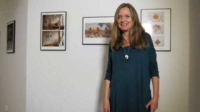 La artista Ouka Leele junto con las tres fotografías ganadoras de Upcycling