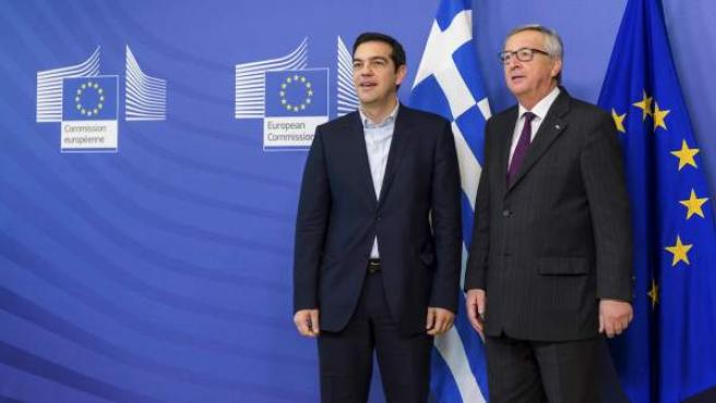 El primer ministro griego, Alexis Tsipras, junto al presidente de la Comisión Europea, Jean-Claude Juncker durante un encuentro en Bruselas.