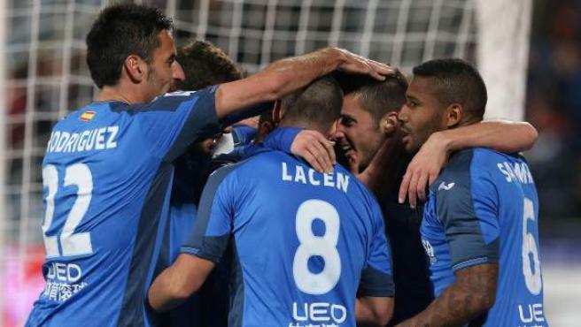 Los jugadores del Getafe celebran el gol marcado por el delantero Álvaro Vázquez.