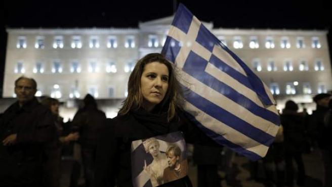Varias personas se manifiestan para apoyar al Gobierno griego durante las negociaciones con los socios de la eurozona, frente al Parlamento, en Atenas, Grecia.
