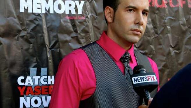 El cineasta Xoel Pamos es entrevistado en uno de los estrenos de su película