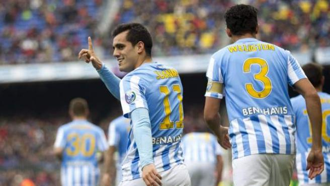 El delantero del Málaga Juanmi Jiménez (i) celebra la consecución del primer gol de su equipo ante el Barcelona.