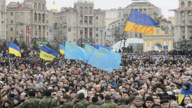 Miles de personas celebran en las calles de Kiev el aniversario de la revolución del Maidán.