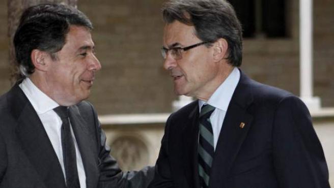 El presidente de la Generalitat, Artur Mas (d), y el presidente de la Comunidad de Madrid, Ignacio González (i), se saludan momentos antes de una reunión en el Palau de la Generalitat catalana.