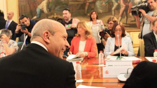 El ministro de Educación, José Ignacio Wert, en la conferencia sectorial, en la que participa la consejera de Enseñanza catalana, Irene Rigau (de rosa).