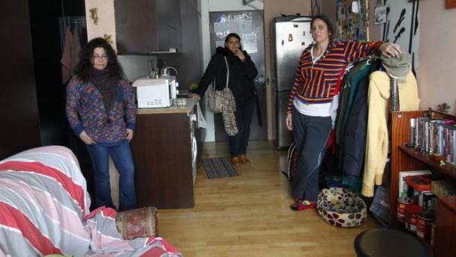 Alexandra (izq.), Andrea (centro) y Lydia, en el piso de esta última, en el edificio Madrid, ocupado por familias en situación de exclusión social en Collado Villalba, Madrid.