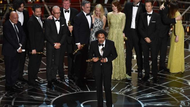 El director Alejandro G. Iñárritu y todo el equipo de 'Birdman', grandes triunfadores de los Oscar 2015.