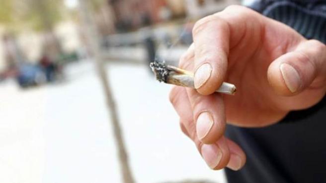 Una persona fumando cannabis.