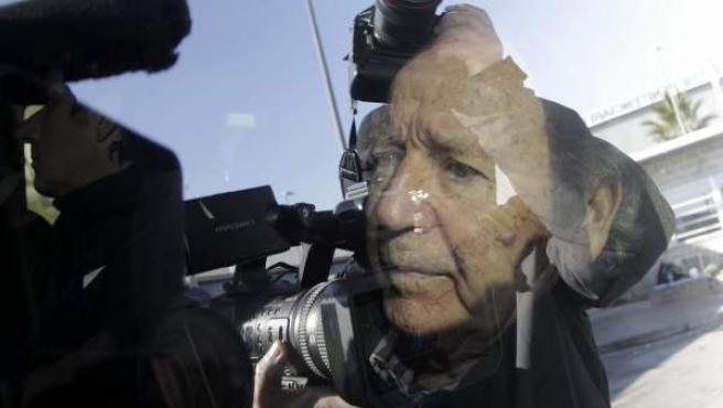 El empresario y expresidente del Fútbol Club Barcelona José Luis Núñez abandonando la prisión de Quatre Camins de Barcelona, 40 días después de ingresar para cumplir los dos años de condena por el caso Hacienda.