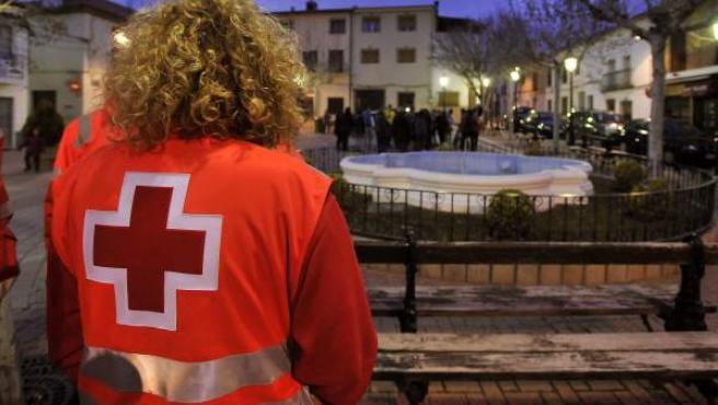 Un voluntario de Cruz Roja en la plaza del ayuntamiento de Ossa de Montiel, tras el terremoto.